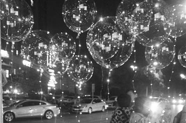 """南京街头又见""""网红气球"""" 高温下易爆炸"""