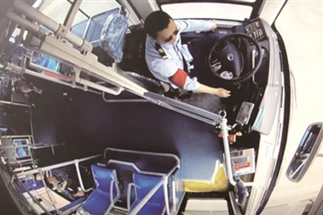 男子跳桥轻生 公交司机停车救人