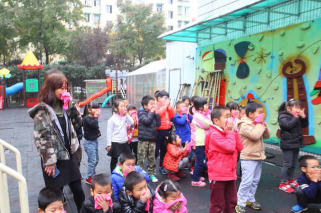南京幼儿园地震演习 男孩撤离到操场痛哭:妈妈有危险