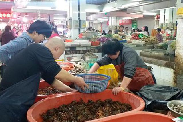 烧好了100元4斤 小龙虾大量上市价格亲民