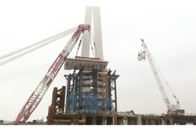 长江五桥主桥首块桥面成功吊装 预计明年底建成通车