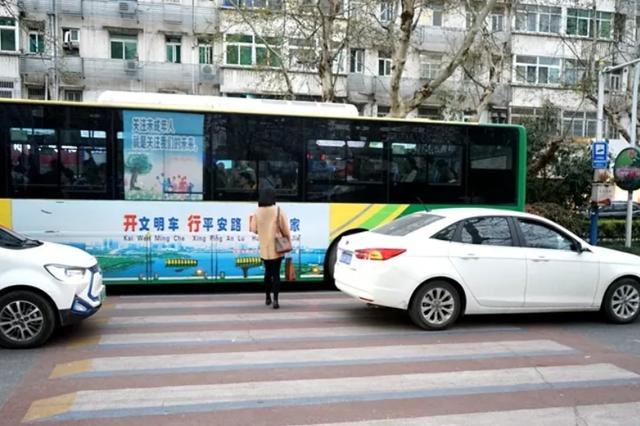"""南京启用电子抓拍""""不礼让斑马线"""" 违法大降五成"""