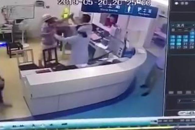公职人员打医生 警方:家属称其精神分裂 正调查