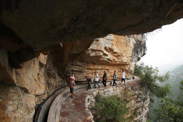 贵州毕节高山绝壁护渠人