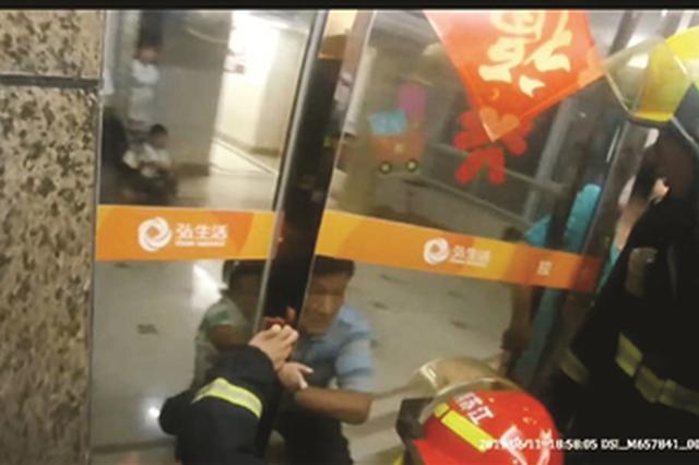 南京3岁女童手臂被卡门缝 民警消防联手救援