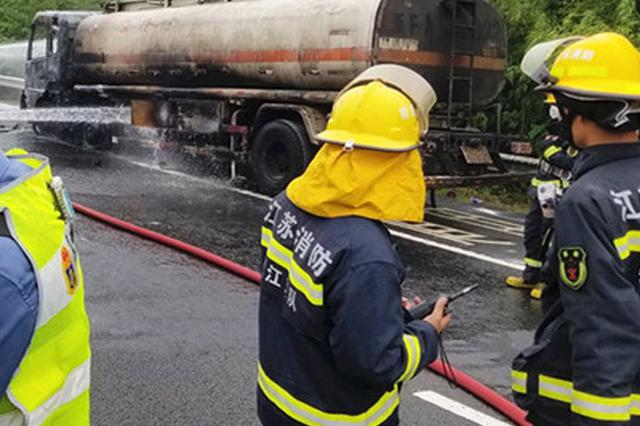 装有11吨柴油的油罐车突发自燃 多部门联合紧急排险
