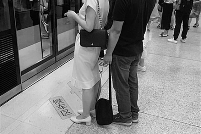 色狼地铁站偷拍女性裙底 保洁阿姨拍下丑行报警