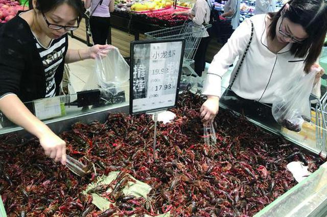 """100块钱能买5斤!今年小龙虾价格""""腰斩""""!"""