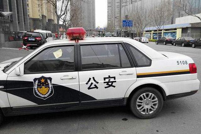 南京14岁少年拦民警要砸警车 称:看警车不爽