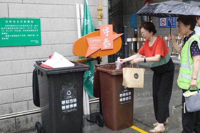 上海最严垃圾分类生效 分类垃圾桶险断货