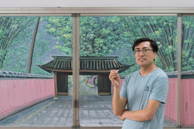 山西小学教师绘彩色粉笔画 画面精美立体感强