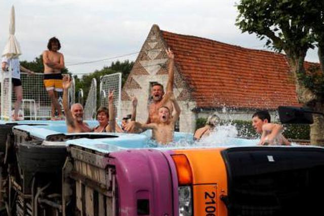 法国艺术家将废弃公交车改造为泳池