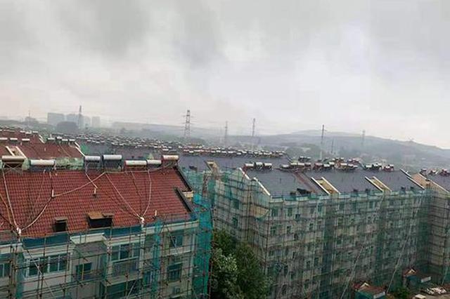 南京一老小区往瓦片喷漆算出新?监理单位:非造假,预算受限