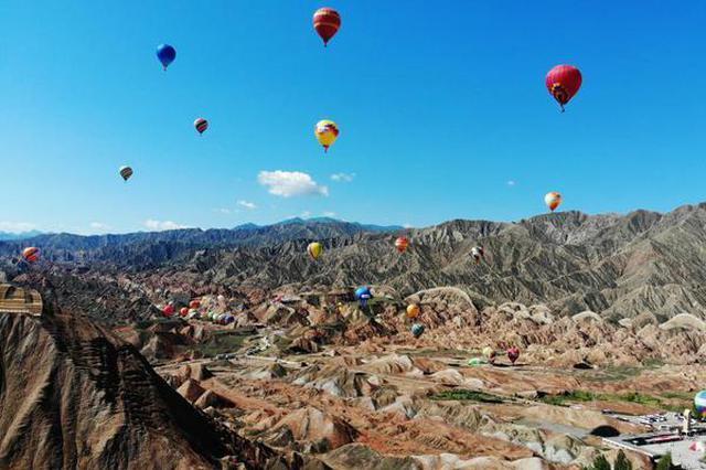 百名运动员乘热气球穿越甘肃张掖七彩丹霞