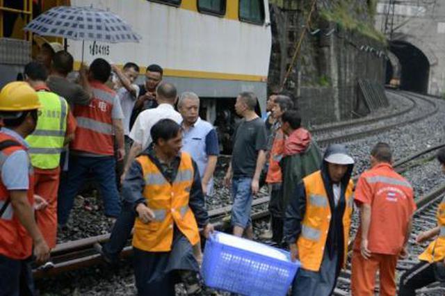 成昆铁路因水害中断行车 抢险仍在紧张进行