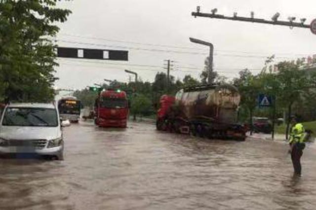 四川自贡多地遭暴雨袭击:街道和车辆被淹 9人获营救
