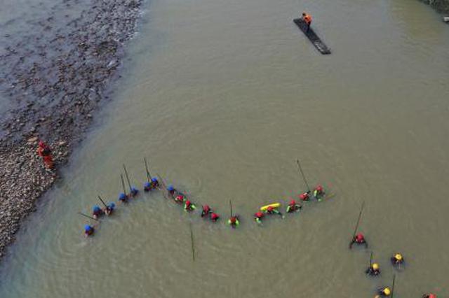 浙江安吉父子二人落水遇险 消防队员施救被水冲走失联