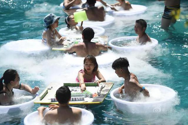 重庆民众太会玩 坐冰桶玩麻将消暑