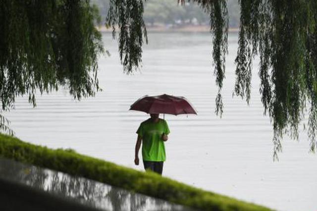 """""""利奇马""""余威仍在 市民冒雨出行"""
