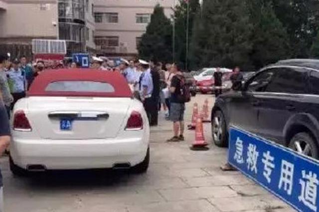 开劳斯莱斯堵医院急救通道的女子 被行政拘留5日