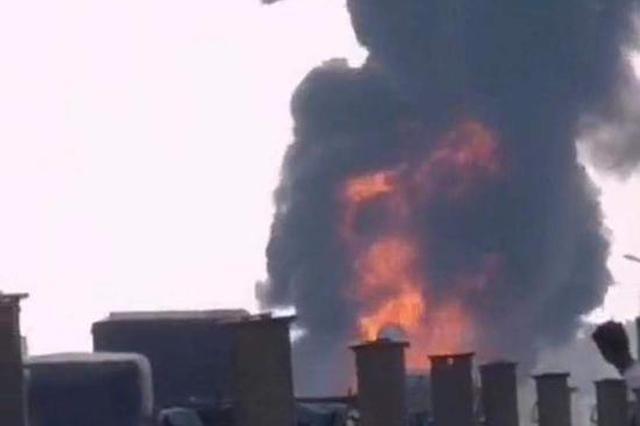 一货车在南京六合328国道上失火 现场无人员伤亡