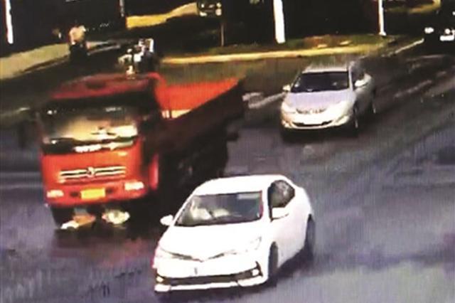 女孩被货车卷进车肚 从容爬出找司机理论