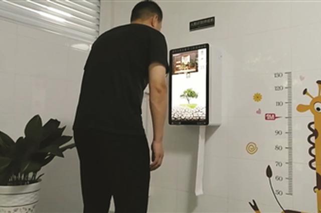 江苏泰州:公共厕所刷脸可免费领80厘米长厕纸