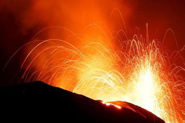 意大利斯特龙博利火山再喷发 岩浆顺势而下