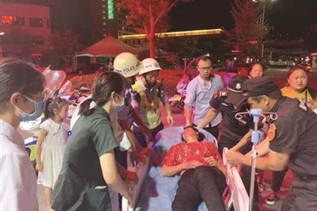 女子游玩时突然昏迷倒地 警摩开路14分钟护送到医院