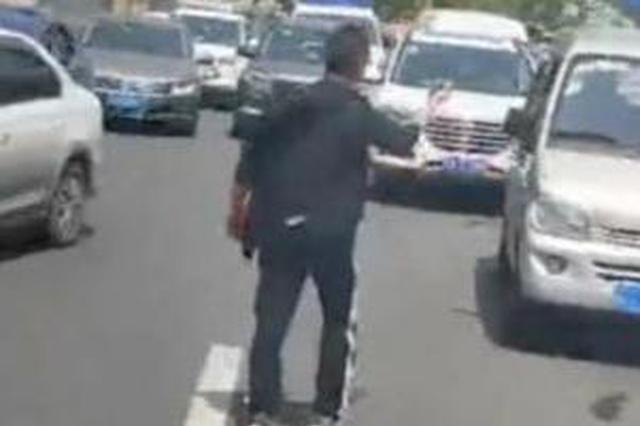 小伙徒步1公里为被堵急救车开道 事后不留名