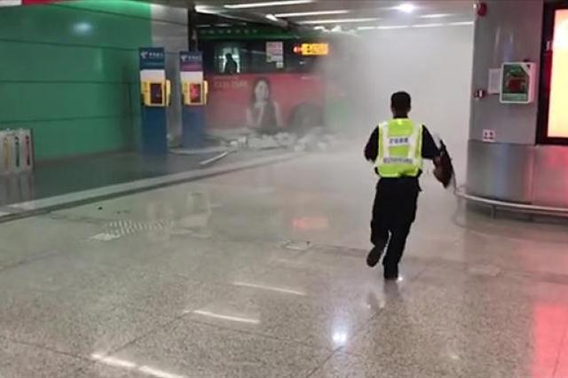 深圳一公交车撞上场站门墙 警方:事故由司机操作不当引发
