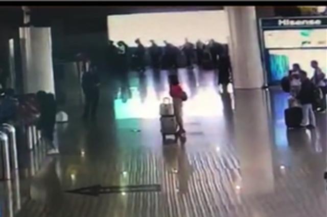 只因为没赶上火车 女子对着检票人员就是一脚