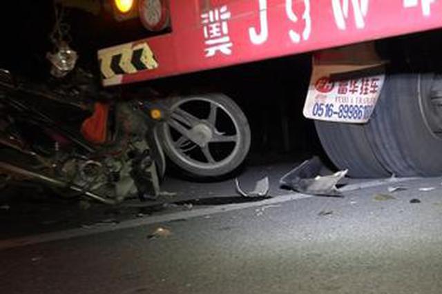 大货车停路边未设标志 摩托追尾一人身亡