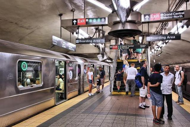 """为拍短视频在地铁上喊""""趴下小心地雷"""" 5人获刑"""