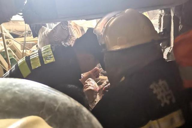 退伍老兵冲入无锡小吃店爆燃事故现场 救出两人