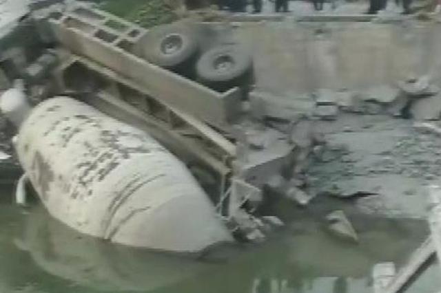 扬州高邮:超载搅拌车压垮水泥桥 无人员伤亡