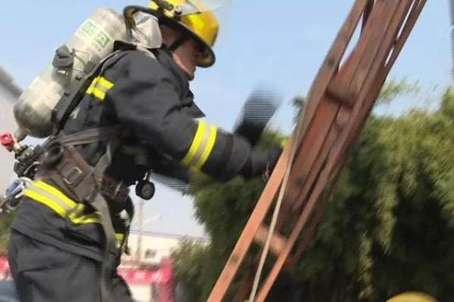 泪目!消防员爸爸救火后 火场外给2岁女儿过生日