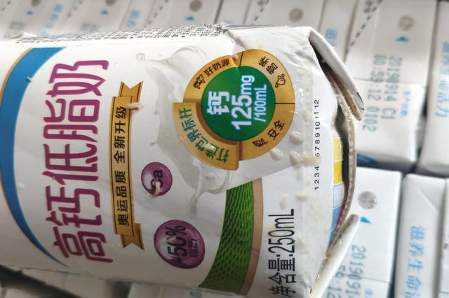 网友投诉:在苏宁购买伊利牛奶竟胀包、漏液、生蛆