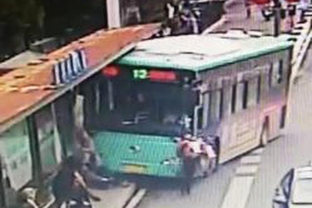 盐城一公交车冲进站台撞伤2人 现场群众合力救人