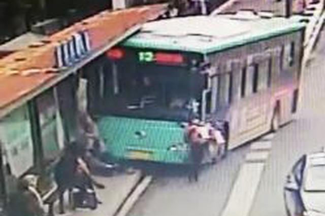 盐城一公交车撞伤两名站台候车乘客 乘客无生命危险
