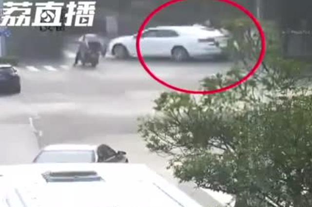 他骂我!男子非机动车道开车狂追200米 逼停电动车主后施暴