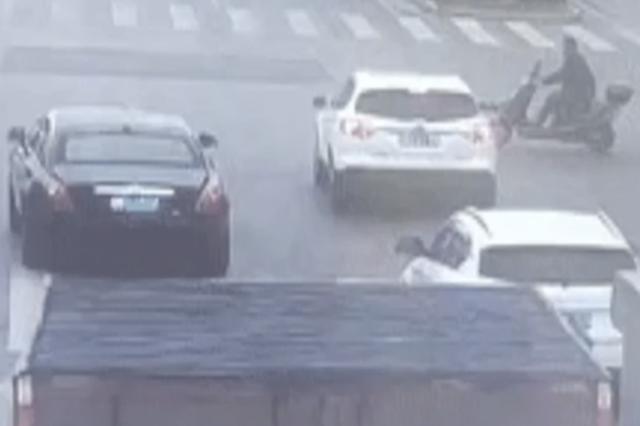 电瓶车闯红灯撞劳斯莱斯 被撞车主:赔2万买个教训