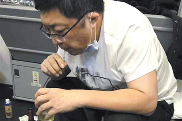 飞机上医生用嘴导尿救乘客:时间紧迫 出于本能