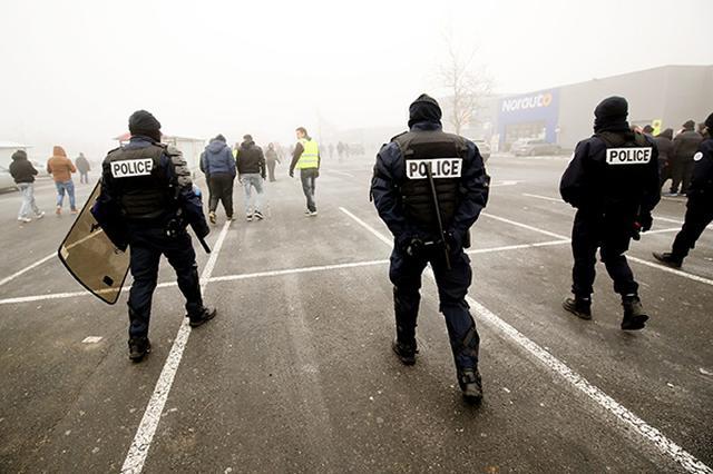 法国大规模罢工首日:火车站空荡荡 许多人骑车上班