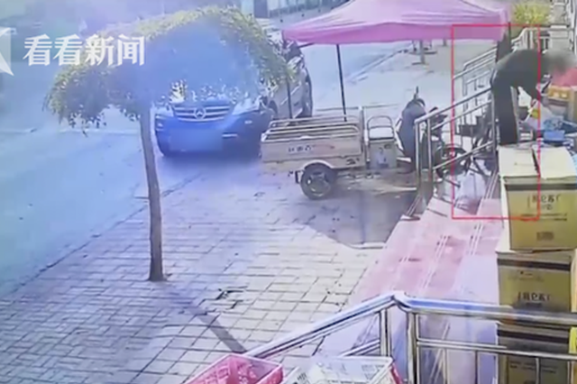男子开奔驰偷快递 被抓后辩称:不知道怎么就抱走了