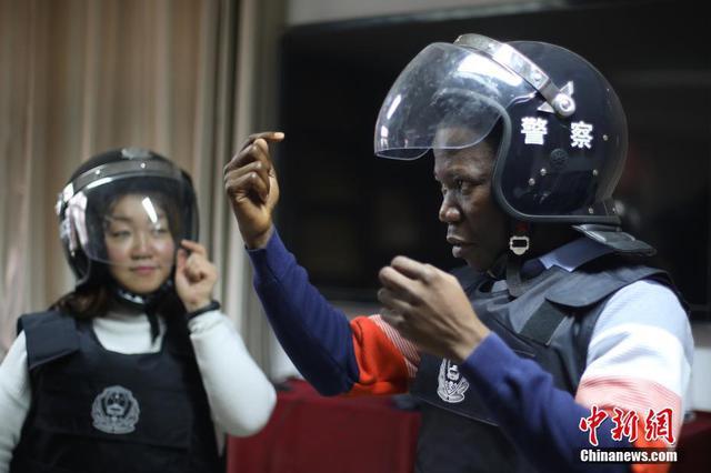 南京外国留学生体验警务工作
