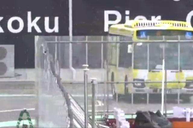 """香港中联办主任:首批106名""""钻石公主号""""香港乘客抵港"""