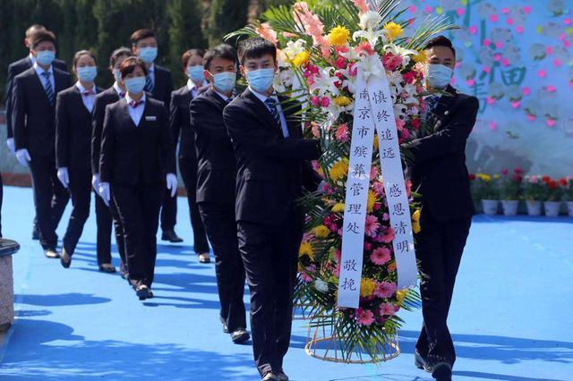 南京首场集体代祭扫活动在普觉寺陵园举行