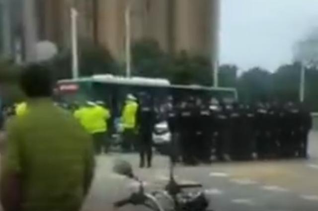警方回应两地警察冲突:执勤时发生纠纷 正在沟通