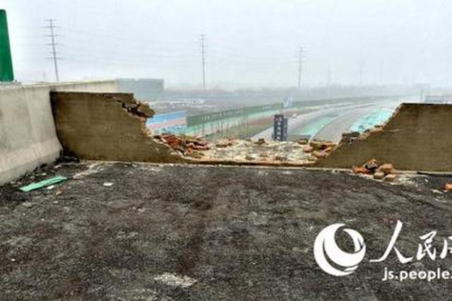 徐州小轿车从断头高架桥跌落致3死1伤 交警:路外事故
